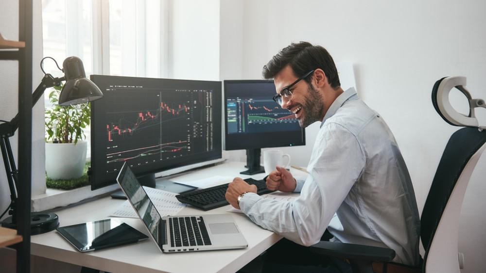 uomo che fa trading